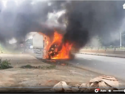 Video: Xe container bốc cháy dữ dội ở Đồng Nai