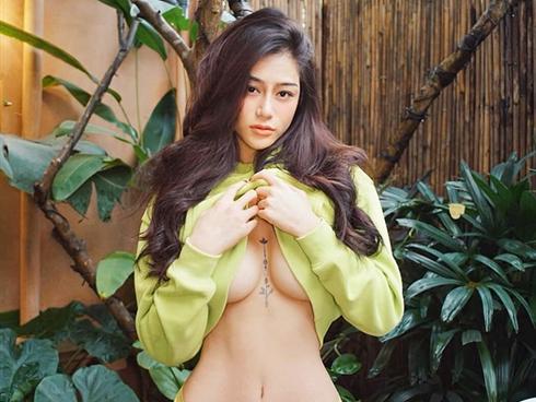 Người mẫu Quảng Ninh, hot girl Sài thành chịu đau xăm hình ở vị trí cực độc