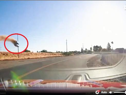 Video: Xe hơi bay vọt lên không, lao qua dải phân cách rồi cắm đầu xuống đất