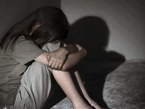 Thiếu niên 16 tuổi khống chế, hiếp dâm nữ đồng nghiệp