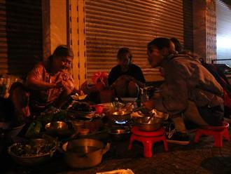 'Độc nhất' Sài Gòn bà cụ U.80 bán ốc lúc nửa đêm: Khách 'ghiền' vì tự nướng