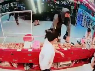 Video: Thanh niên mang súng cướp dây chuyền 700 triệu đồng trong tiệm vàng