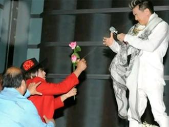 Clip Đàm Vĩnh Hưng bị xịt hơi cay trên sân khấu bất ngờ bị 'đào' lại trên TikTok