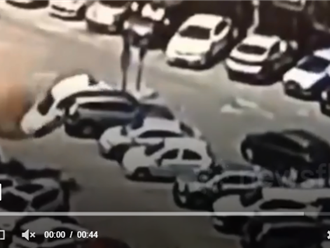 Ô tô con đỗ ở bệnh viện bỗng 'biến mất' kỳ lạ, xem lại camera tất cả đều KHÔNG TIN VÀO MẮT MÌNH