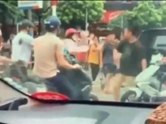 Clip nóng: Ẩu đả sau va chạm giao thông, 2 người đàn ông bị 1 phụ nữ 'giải tán'