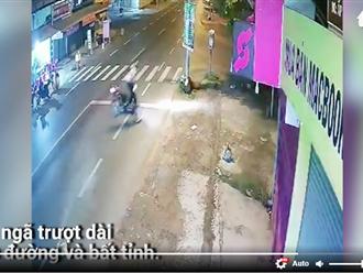 Video: Nam thanh niên lăn cục bêtông ra đường, cô gái đi xe máy ngã nhào, chấn thương nặng