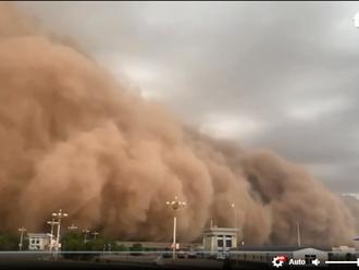 Video: Bão cát khiến một thành phố ở Trung Quốc chìm trong bóng tối