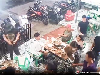Video: Xách mã tấu chém người tại quán nhậu để giải quyết mâu thuẫn cho bạn gái