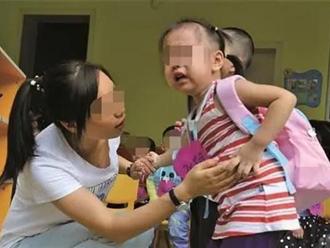 """Bé 3 tuổi bị """"bỏ quên"""" ở nhà trẻ, qua đêm người nhà vẫn không liên lạc, sau khi mở cặp của bé, cô giáo đã phải gọi cảnh sát"""