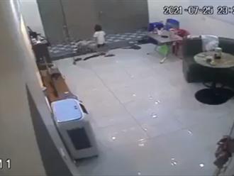 Rùng mình khoảnh khắc em bé bị cửa cuốn đè ngang người khi cố chui ra