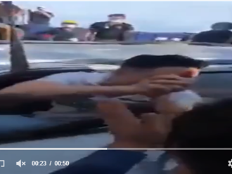 Được người dân giải cứu khi xe bị tông bẹp rúm, tài xế làm ngay HÀNH ĐỘNG BẤT NGỜ khiến nhiều người ấm lòng