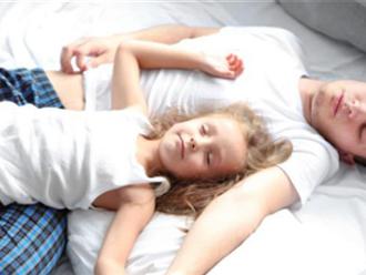 Cho con gái ngủ chung đến 14 tuổi vẫn chưa dứt, ông bố đơn thân hối hận sau khi thấy thứ mình tìm được trong cặp đi học, lời giải thích còn gây sốc hơn