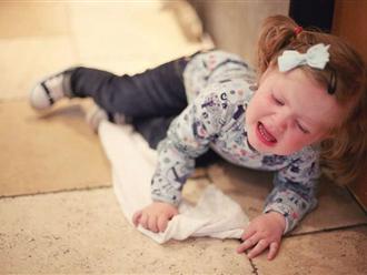 Trẻ bị ngã có nên vội chạy lại đỡ hay không? Đây là cách xử lý mà cha mẹ nào cũng cần biết