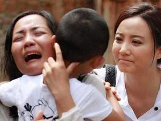 Bé trai 5 tuổi bị bắt cóc, nhận ra mẹ ngoài đường nhưng bà nhất quyết không nhận con, hành động sau đó cứu đứa trẻ ngoạn mục