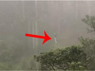 Đi chơi ở Đà Lạt, một du khách bị kẹt treo lơ lửng giữa rừng thông khi trời đang mưa tầm tã