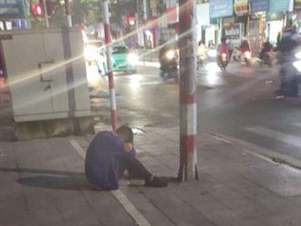Bị 'đá' đúng ngày 20/10, thanh niên khóc hơn 2 tiếng ngoài đường